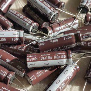 خازن الکترولیتی 100 میکرو فاراد 100 ولت nichicon